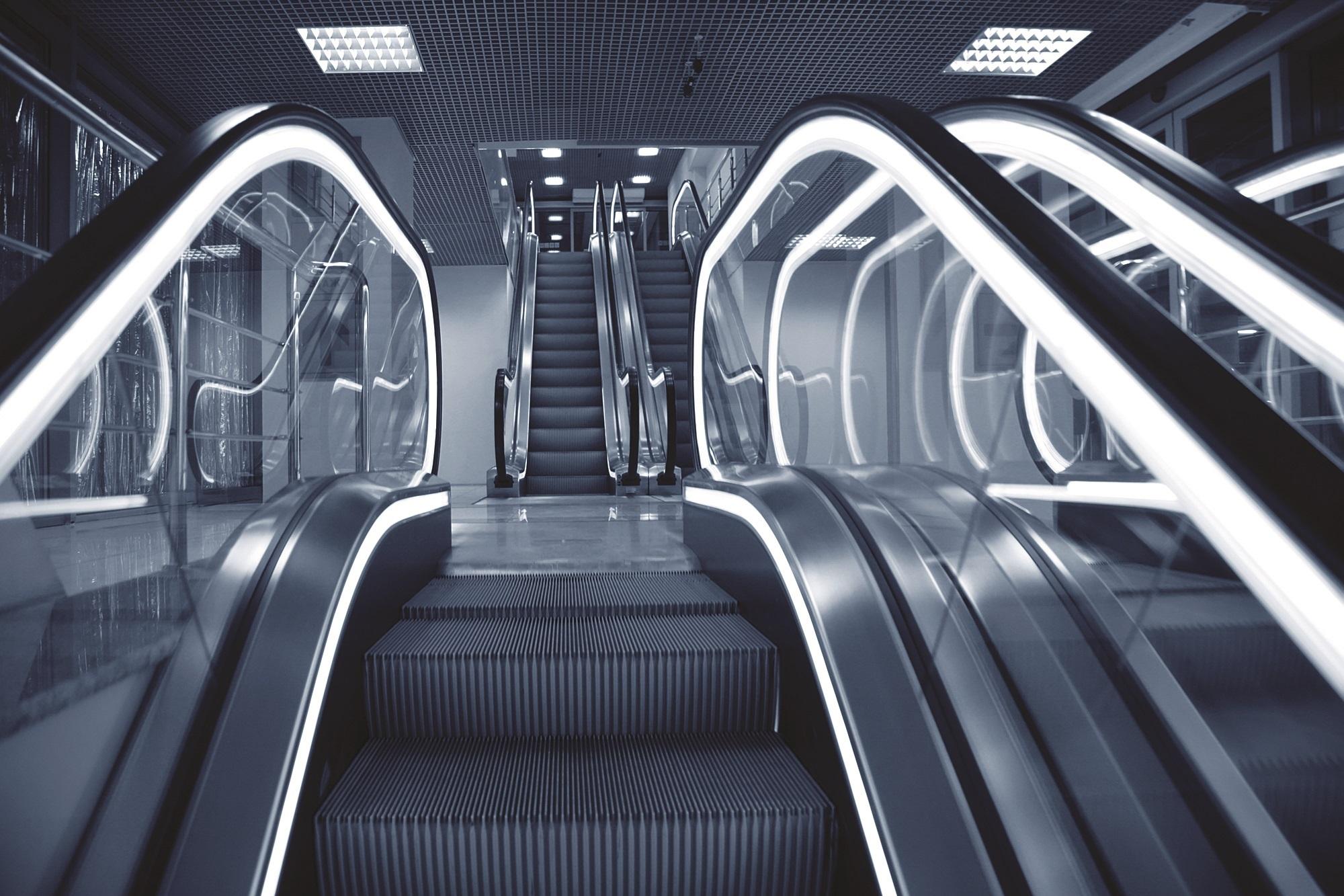 Tudo em esteiras, escadas rolantes e elevadores.